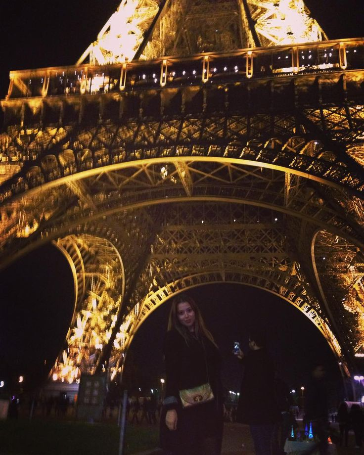 From Paris with love  #paris #eiffeltower #france #latoureiffel #frankreich #bynight #fun #wochenendtrip #frompariswithlove #beautifulcity #lights by alara.sar