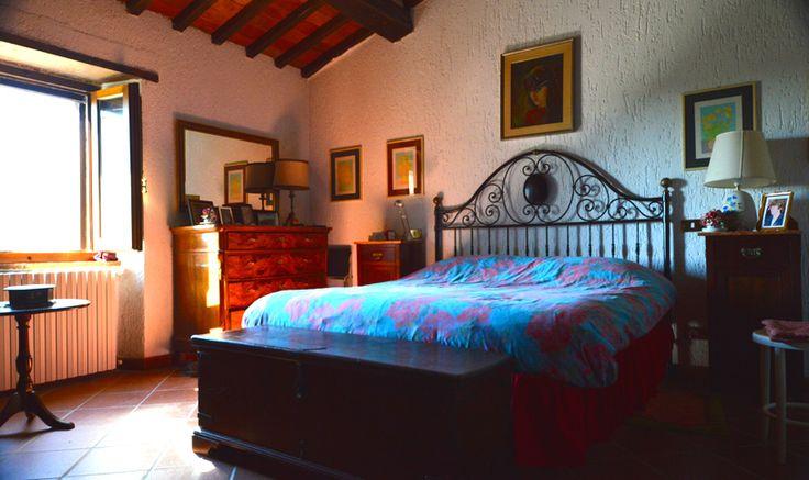 Il rustico è dotato di due bagni, tre camere da letto, un salotto/biblioteca, un living di circa 38 mq (cucina + sala pranzo + caminetto) e una cantina con soffitto a volta ricoperto con mezzanine antiche.
