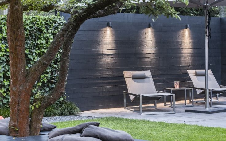 downlighting on textured wall || Avondshoot Exclusieve Tuin I Martin Veltkamp Tuinen