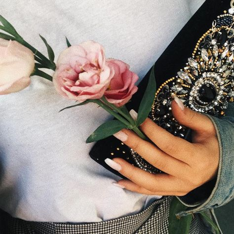 Give a girl flowers and #MIGATO YA098 velvet clutch! Shop link ► bit.ly/YA098-L14en Photo via The Style Track blogger
