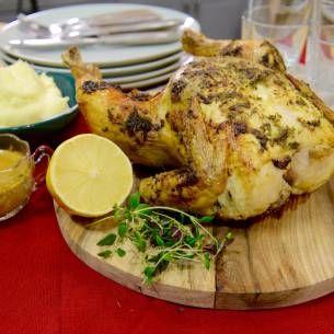 Hel kyckling i ugn med klementiner eller satsumas. För den som tycker det är svårt att göra sås är dessutom det här sättet perfekt. Sila ner den goda stekskyn i en kastrull, häll på grädde och smaka av.