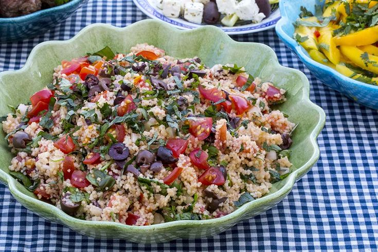 Recipe for tabbouleh with tomatoes and olives in english at the bottom of the page.