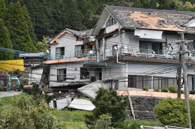 地震で大きな被害を受けた家=熊本県南阿蘇村:熊本県で震度7の地震 写真特集:時事ドットコム