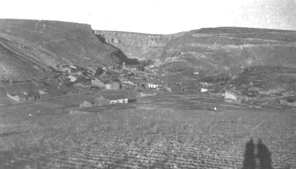 Linares del Arroyo 1903 - 1910. Vista anterior a la construcción a la presa durante la década de 1950.El pueblo quedó totalmente sumergido por las aguas embalsadas del río Riaza.