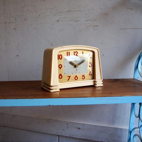 ヴィンテージ JAZの目覚まし時計|人気のJAZの時計。お待たせいたしました!!今回ご紹介するのはベーシックなマントルピース時計のモチーフをJAZがモダンな時計に仕上げたお品です。ベージュとゴールドでスマートなスタイルですね。モダンでもアンティークでもナチュラルでもどんなインテリアにもおススメ!ご自宅のにはもちろん、カフェやレストラン、洋服屋さん、どこでも目に止まる素敵なインテリアとして飾ってください!