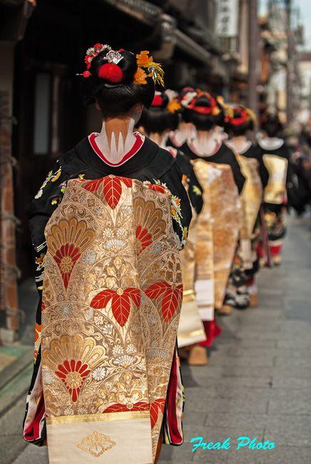 京都五花街の宮川町で芸舞妓さんの 新春の挨拶周りが行われ、2年振りに行ってきました・・・ 2年前に比べると凄いカメマン達 祇園に比べ道幅が狭いので…