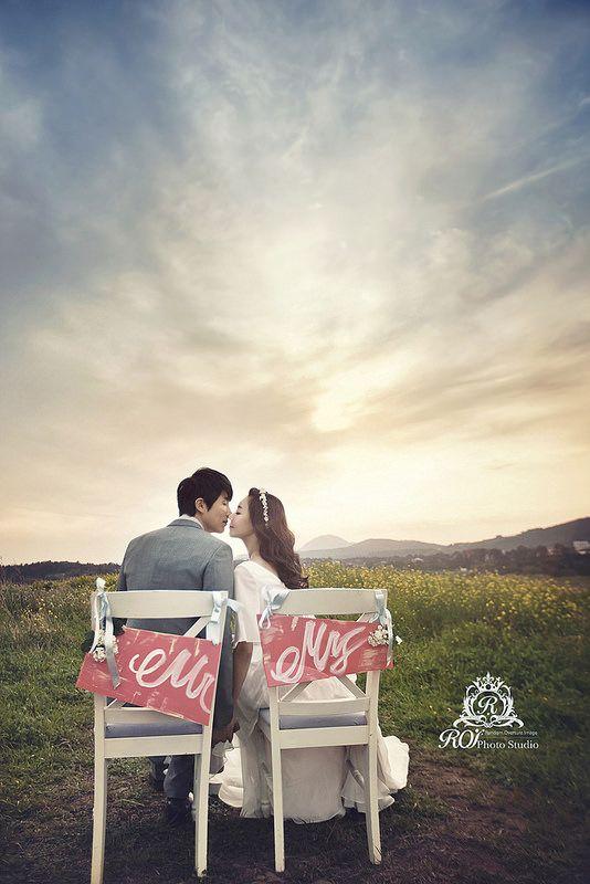 The sky is so beatuful in Jeju. Try this wonderful posture and pictures at Jeju island with roi studio! roistudio.co.kr #roistudio #Koreawedding #photoshooting #Jejuwedding #Jejuisland