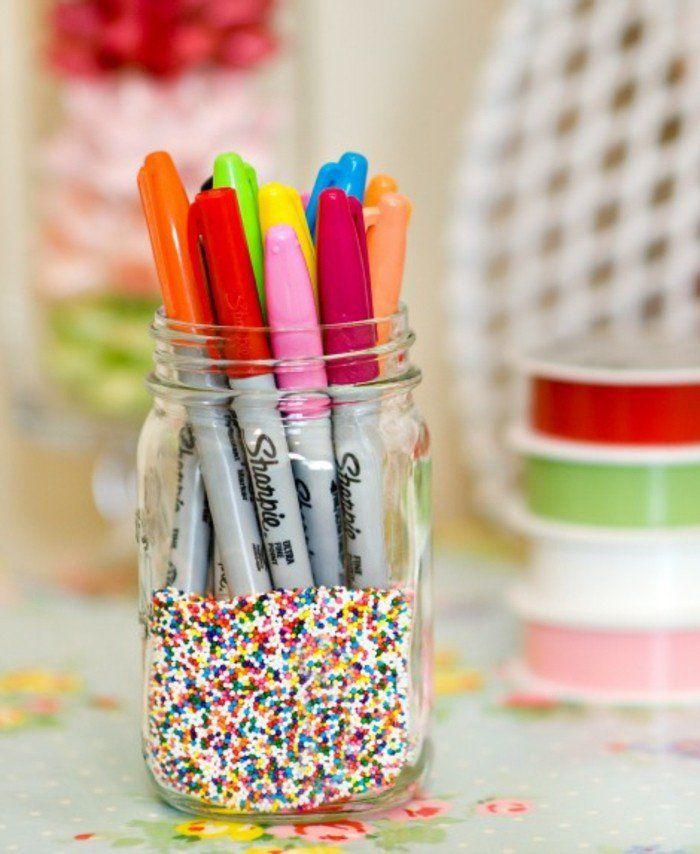 que faire avec des pots de yaourt en verre, accessoire bureau, crayons de couleur