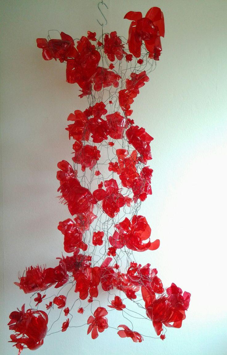 #workinprogress een jurk met plastic bekers en gaas van Naila.