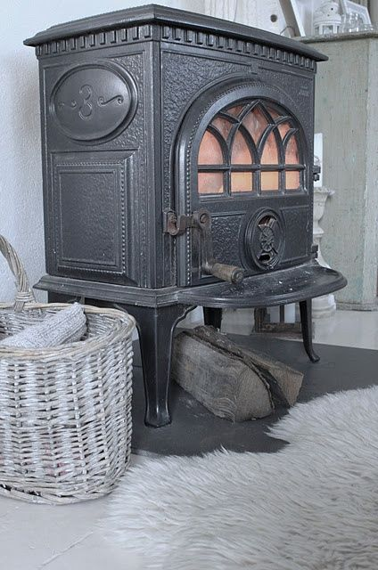 our heating source in the Green Hydrangea....a pellet stove similar to this one !!!