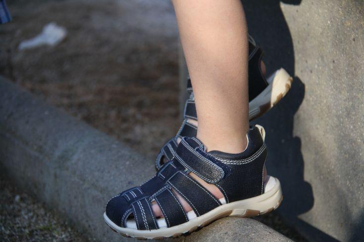 Sandalia para niño de piel sin costuras para evitar rozaduras,suela flexible y antideslizante.