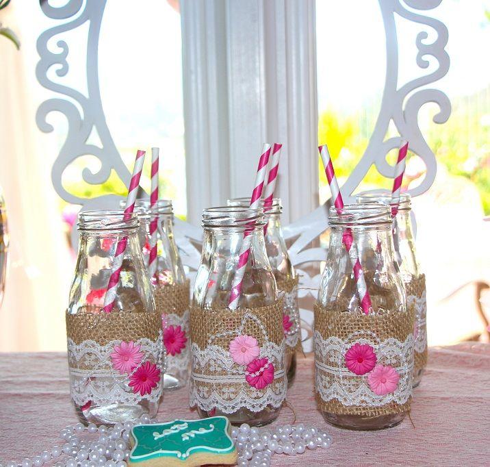 Botellitas decoradas para Fiesta del téA las botellitas las decoraron con tela de saco, encajes, collares de perlas y unas preciosas florecitas en tonos rosa y fucsia.