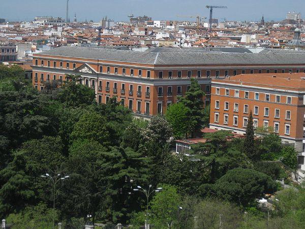 Palacio de Buenavista. Plaza de Cibeles. Pedro de Arnal, 1777 para la Duquesa de Alba. Reformado en 1847(se le añade una nueva planta) como Ministerio de la Guerra. Actulmente Cuartel General del Ejercito.