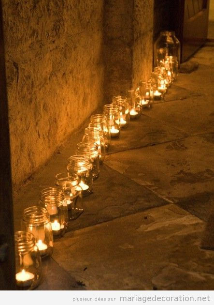 Pots en verre et bougies pour décorer un mariage au jardin