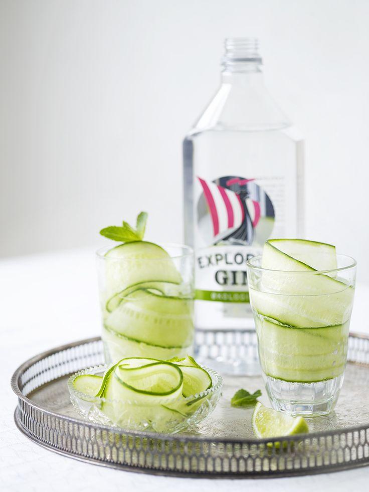 Bilde av gin og tonic med agurk og mynte. Cocktail.
