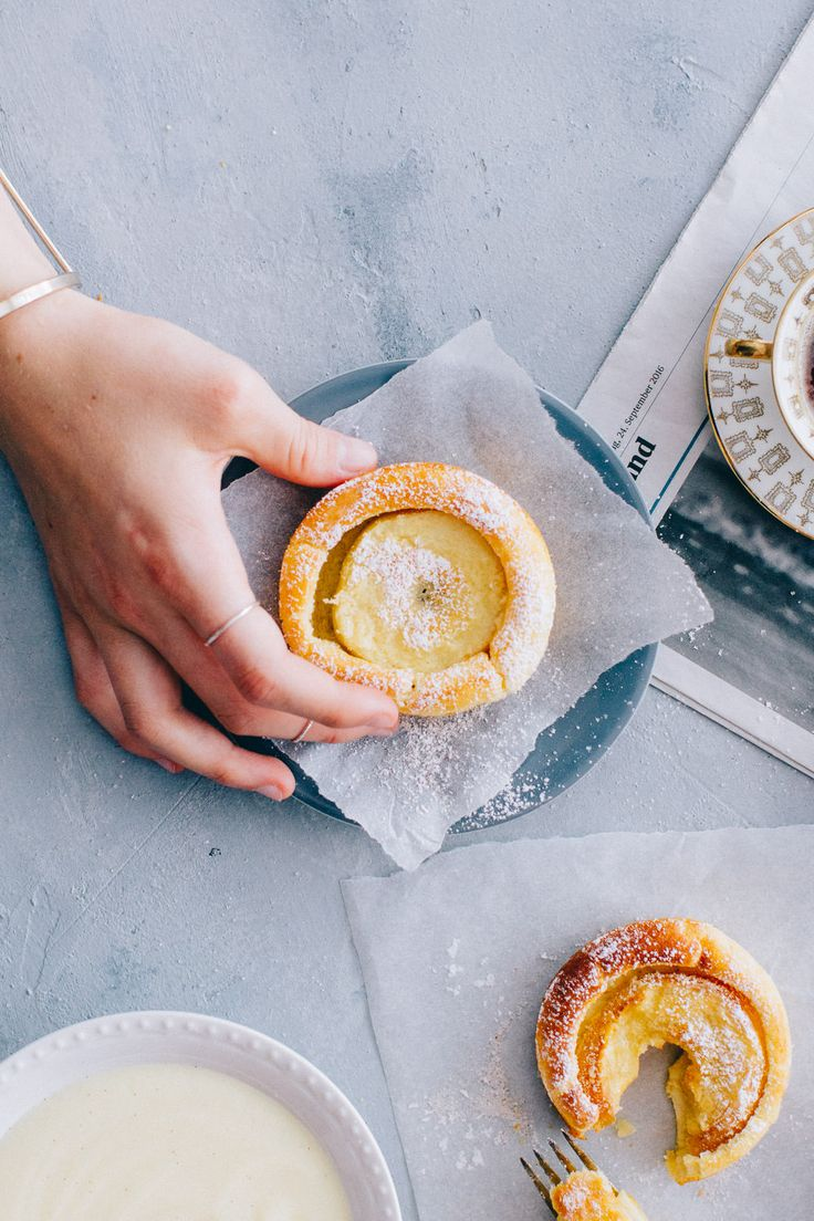 Milch mit der Butter und dem Eigelb gut verrühren. Für die Apfelküchlein Mehl bis und mit Backpulver mischen. Mehlmischung zur Milchmischung dazugeben und mit einer Kelle zu einem Teig verrühren. Teig ca. 20 Min. ruhen lassen. Eischnee darunterziehen. Äpfel schälen, Kerngehäuse ausstechen, in 8 ca. 8 mm dicke Ringe schneiden und in einer kleinen Schüssel mit dem Zitronensaft beträufeln. Anschliessend die Apfelringe in die vorbereitete Form legen und den Teig darüber giessen. Backen: ca. 20…