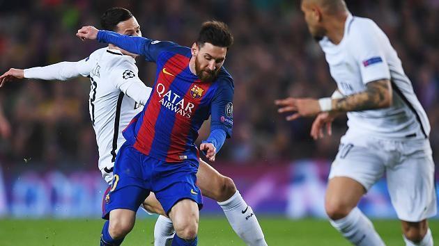 Lionel Messi (M.) im Laufduell mit Julian Draxler (l.)