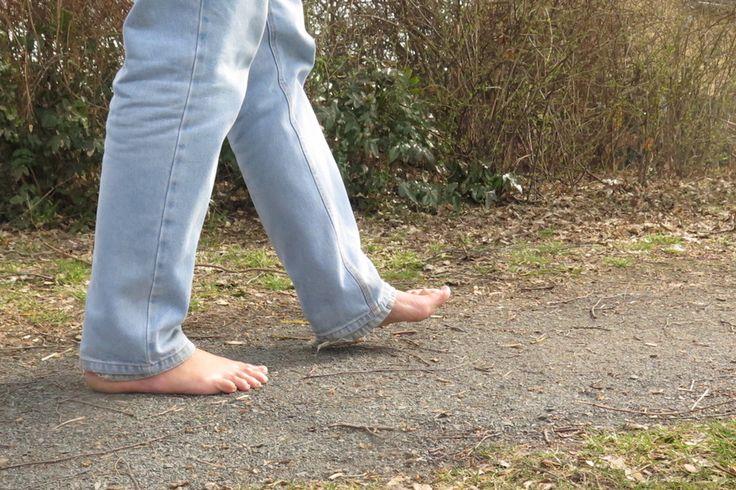Bienfaisante pour le corps et l'esprit, la marche sans chaussures se développe en Allemagne. De plus en plus de piétons l'adoptent, et un réseau de parcs et de sentiers adaptés se met en place.   Berlin, correspondance   L'anecdote fait partie des livres d'histoire du sport. En 1960, l'athlète éthiopien Abebe Bikila est devenu champion olympique du marathon à Rome en courant… pieds nus. Il avait eu beau tenter de trouver des chaussures avant l'épreuve, il ne les supportait pas, et…