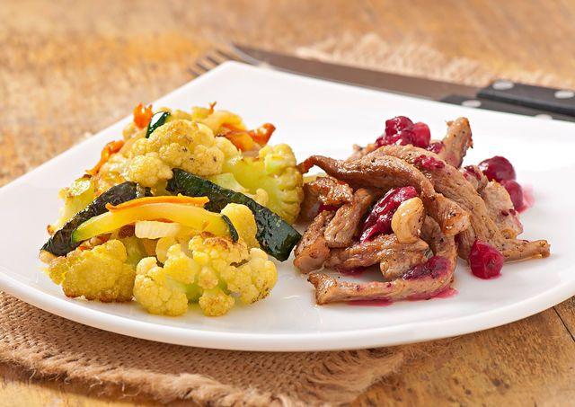 В разных рецептах мяса бефстроганов предлагаются различные соусы — со сливками, майонезом, чесноком, тимьяном, ягодами