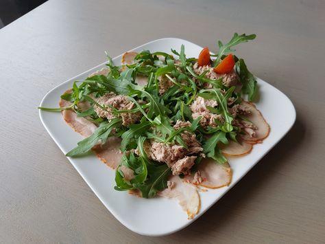 Een lekker koolhydraatarm voorgerecht, Vitello tonnato. Dit is een van mijn favoriete frisse salades. De salade is heerlijk als lunch in de zomer of als voorgerecht voor je gasten. Daarnaast ziet het er zeer smakelijk uit en is het eenvoudig klaar te maken!