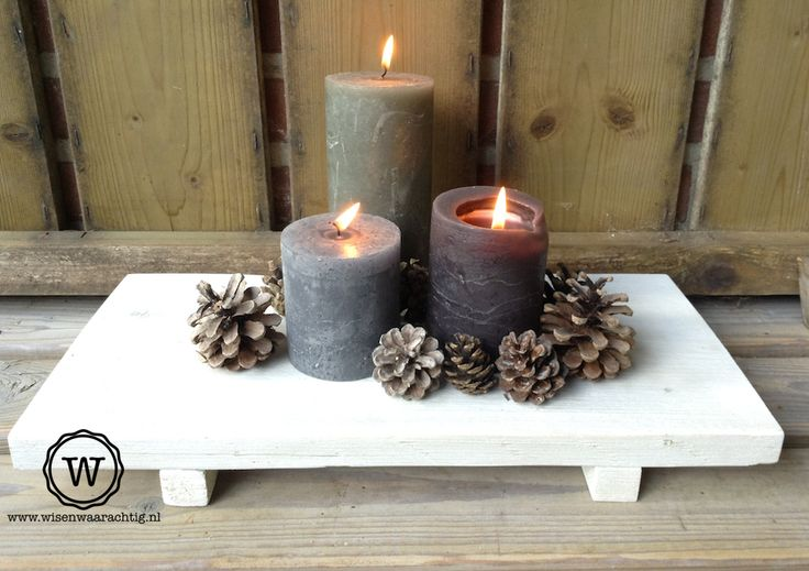 Steigerhouten dienblad met kaarsen.