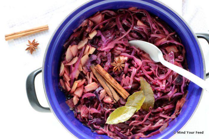 Herfst recept! Zelf rode kool met appel en kaneel maken is helemaal niet lastig. Heerlijke specerijen als kruidnagel, laurier, steranijs en kaneel.