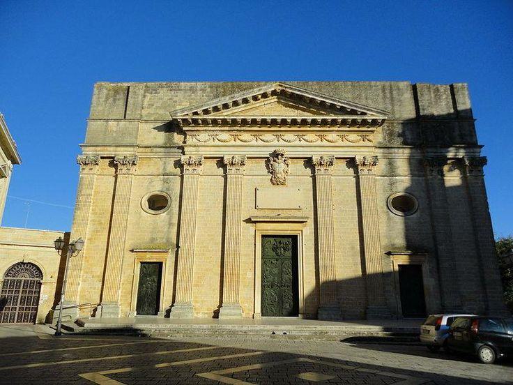La chiesa madre di San Salvatore ad Alessano (provincia di Lecce) risale alla seconda metà del Settecento e fu edificata in sostituzione dell'antica cattedrale romanica costruita tra il 1150 e il 1200.