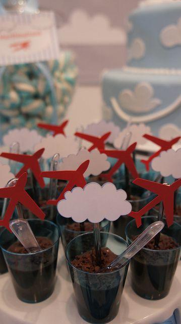 Chocolate dessert/ fudge for birthday party. Brigadeiro de copinho festa de avião.