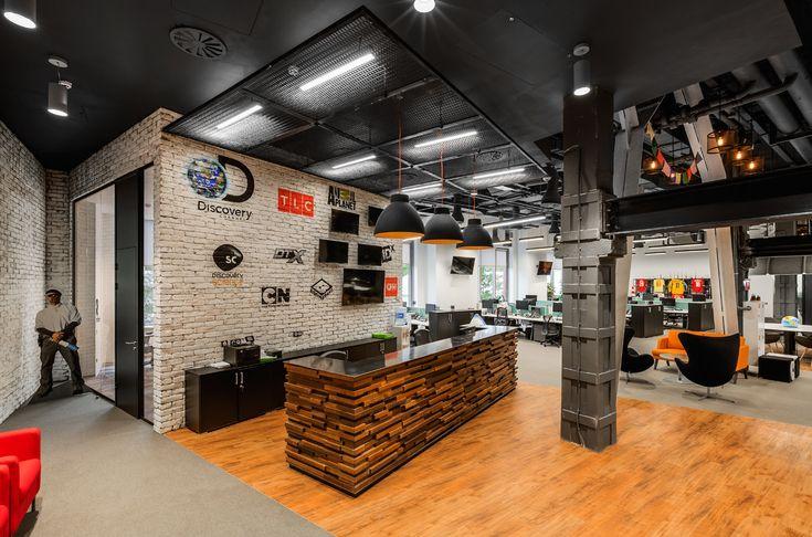 Редакция vc.ru совместно с главным архитектором проекта «Квадрим» Виктором Шуткой (на счету Шутки более 100 проектов в области архитектуры; занимался проектированием офисов и коммерческих пространств) выбрала 11 наиболее интересных офисов, которые попали в рубрику «Штаб-квартира» в 2016 году.