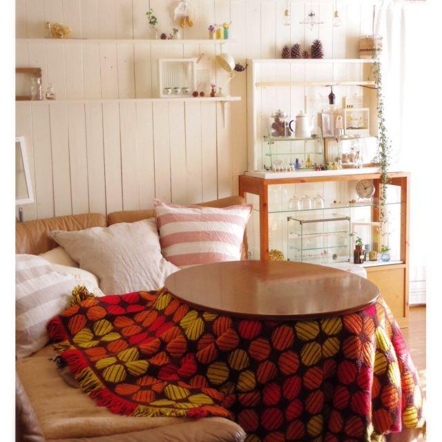 mooさんの、ソファーでこたつ,こたつ,ガラスケース,カフェ風,板壁,DIY板壁,DIY棚,DIY,部屋全体,のお部屋写真