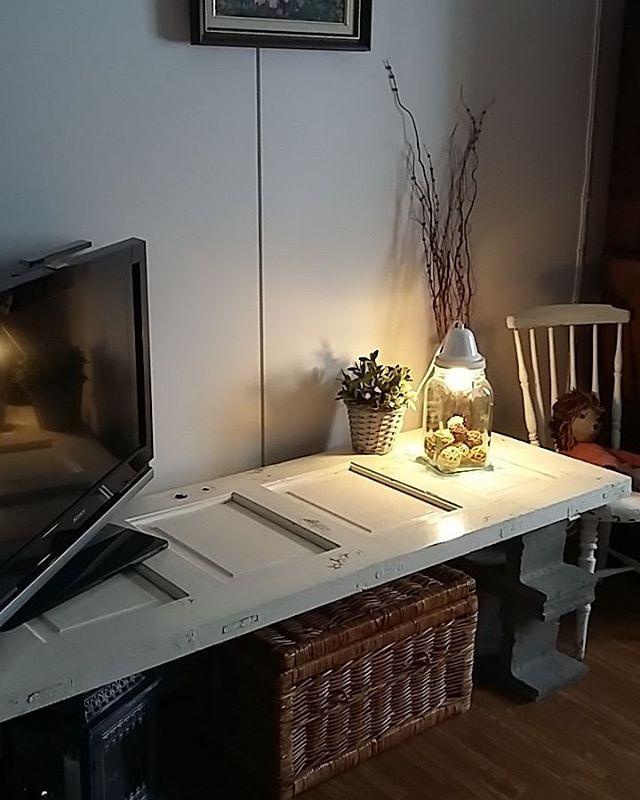 Itsetehty tv-taso ☺ #vanhaovi #teinitse #vanhatalo #oldhouse #gamlahus #vanhatuoli #tvtaso #livingroom #nostalgiaa #elämäänähneet #tunnearvo #sisustus #sisustaminen #vanhattavarat #oldstuff #rottinkiarkku http://www.butimag.com/rottinkiarkku/post/1189031991556161354_2956469590/?code=BCASkvrR79K