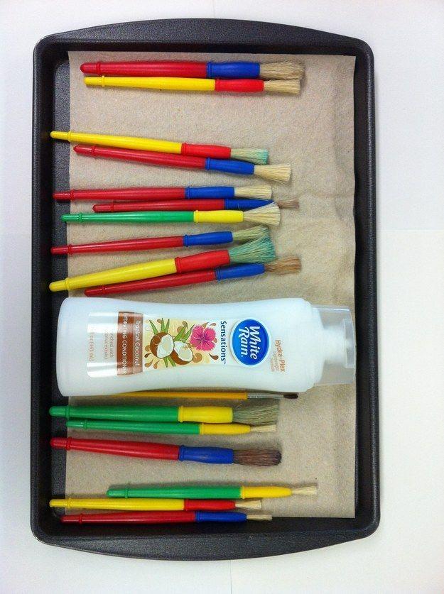 Doe langer met je kwasten en pencelen door ze af en toe schoon te maken met crèmespoeling/conditioner.