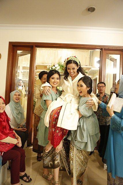 Pernikahan Adat Sunda yang Berkesan ala Putri dan Harriman -
