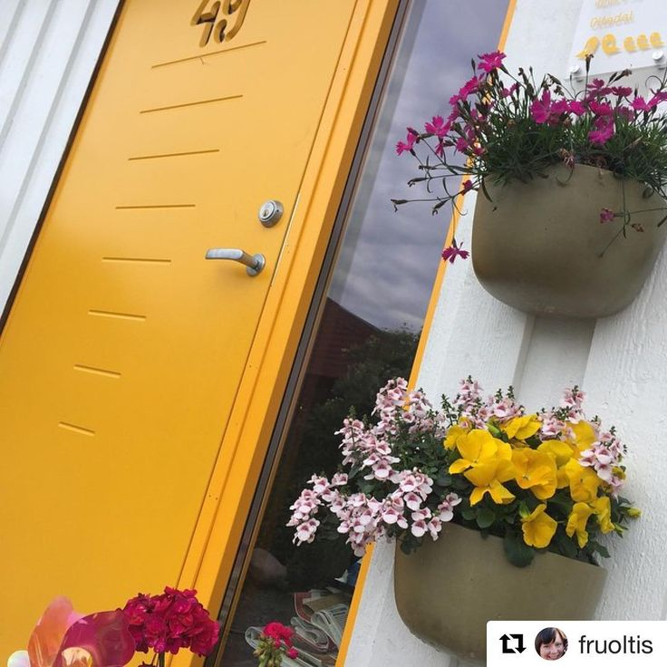 Sol og påske tenker vi på når vi ser den solgule døren til @fruoltis  #swedoor #swedoorno #semindør #mindrømmedør #endørgjørforskjell #jegelskerdører #digits  #dør #innerdør #ytterdør #interiør #innredning #inspirasjon #boligunivers #nybygg #renovering #oppussing #nyedører #boligmedstil #nordicliving #dørløsninger #dørunivers