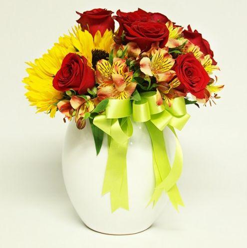Arreglo Floral Toloache, material: 7 rosas rojas, 7 girasoles y alstroemerias en base de cerámica. - Medidas: altura: 32 cm ancho: 28 cm http://www.toloachefloral.com/index.php/arreglos-florales/cumple-envia-flores/cum17.html