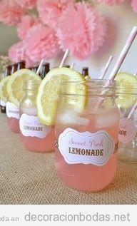 Decoración de boda, jarritos de cristal con limonada rosa