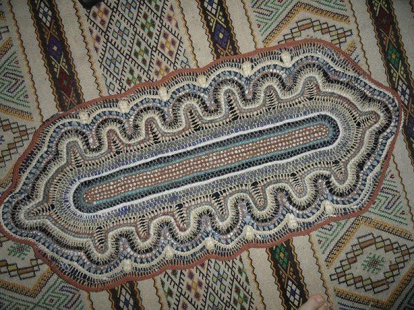 Коврик крючком из текстильной полосы с пряжей.