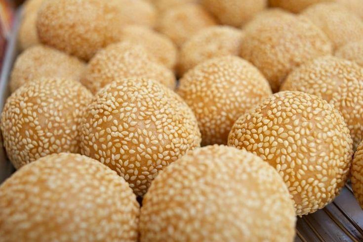 Nhom Kroch est une spécialité vietnamienne (Banh Cam) dont le Cambodge en a subit les influences. Une spécialité pouvant faire office de dessert ou tout simplement de friandises, ces boules sucrées aux graines de sésame raviront les plus gourmands.