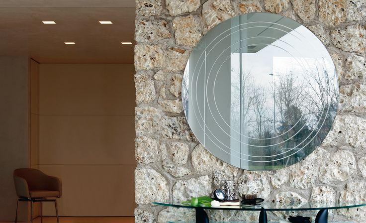 Specchio RING,  da parete in cristallo specchiato con incisioni circolari.