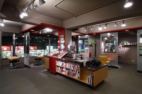 用紅色的飛片造型貫穿整個空間,與櫃台的墻面置物櫃造型呼應。