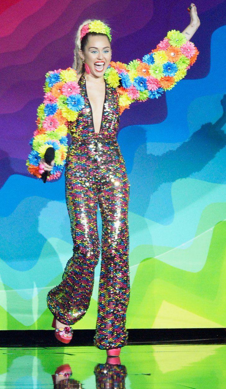 Pin for Later: Retour Sur Tous les Looks un Peu Fous que Miley Cyrus a Porté Aux MTV VMAs