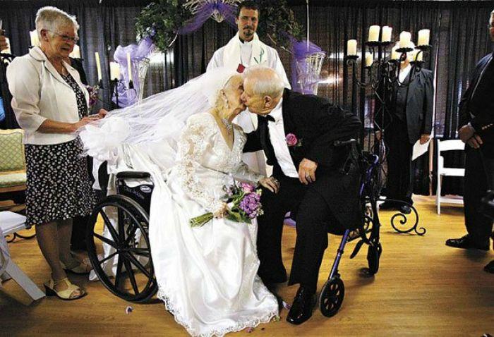 Эта пара гуляет свадьбу в свой сотый день рождения.