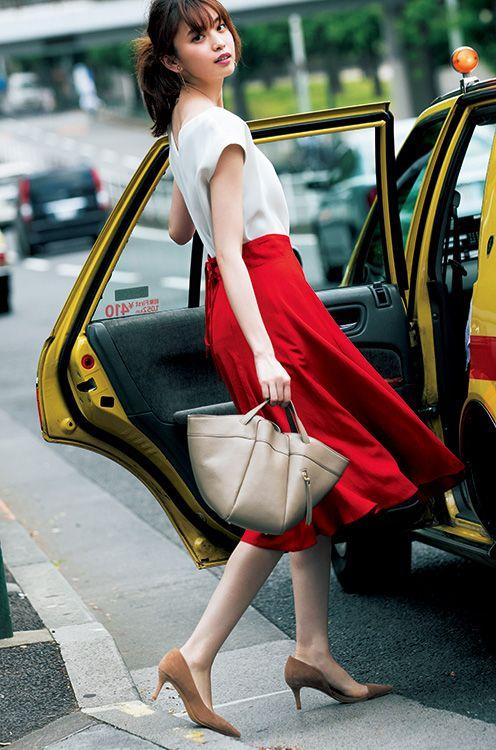 【毎日コーデ】上品美人!〝派手色スカート×ベージュ小物〟で夏コーデ