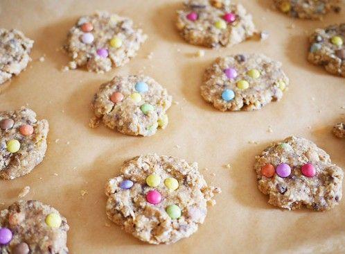 Auch ungebacken lecker und schön: Cookies mit Smarties