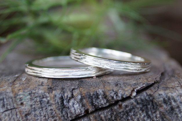Diese wunderschönen schlichten, zarten Ringe werden in Silber gearbeitet. Diese Ringe können sowohl einzeln , als auch als Beisteckringe zu vorhandenen Ringen getragen werden. Eure Ringweiten...