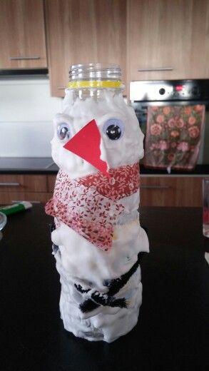 Bonhome de neige avec mousse a rasé et bouteille de pet