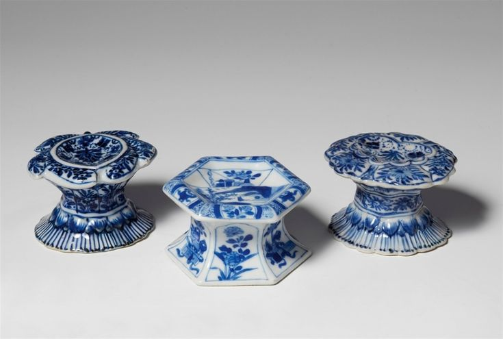 Three blue and white salt cellars, Kangxi period (1662-1722). Height 5 to 5.5 cm - http://www.alaintruong.com/archives/2017/07/07/35454810.html
