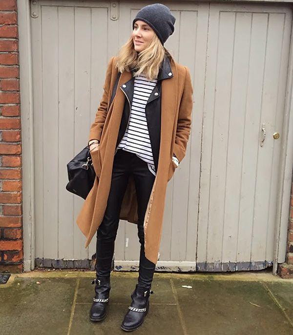 Leather look, t-shirt listrada, maxi casaco caramelo e gorro