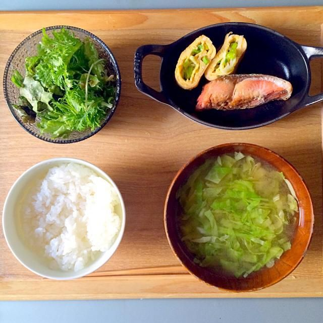 鮭しょっぱかった! - 83件のもぐもぐ - 朝ごはん。鮭、ネギ入りたまご焼き。キャベツのお味噌汁。水菜、わさび菜、サニーレタスのゴマだれ和え。白ごはん。 by yukko7740