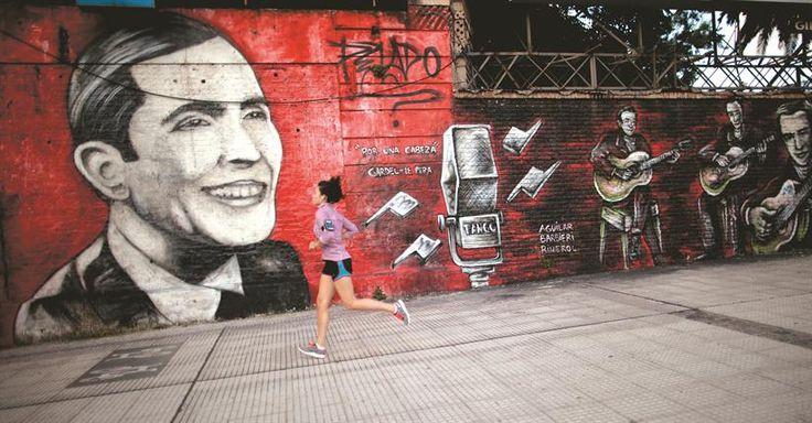 Un sonriente Carlos Gardel, junto a sus guitarristas, parte del mural Por una cabeza, obra del artista Pelado.